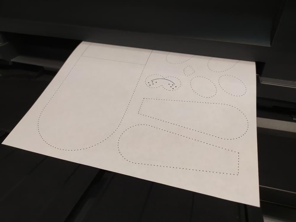 Поделка из бумаги Зайка с сердечком - фото 2