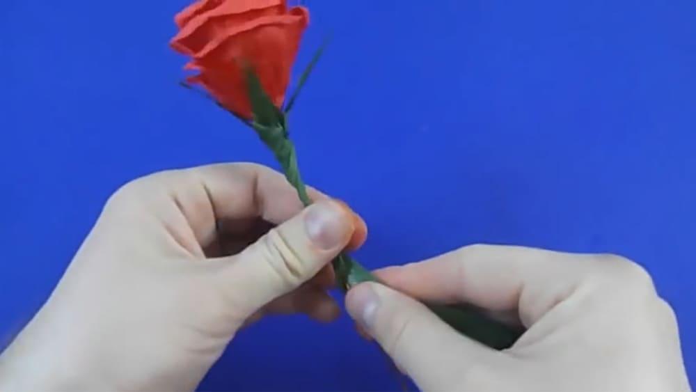 Цветы из гофрированной бумаги в виде розы - фото 3
