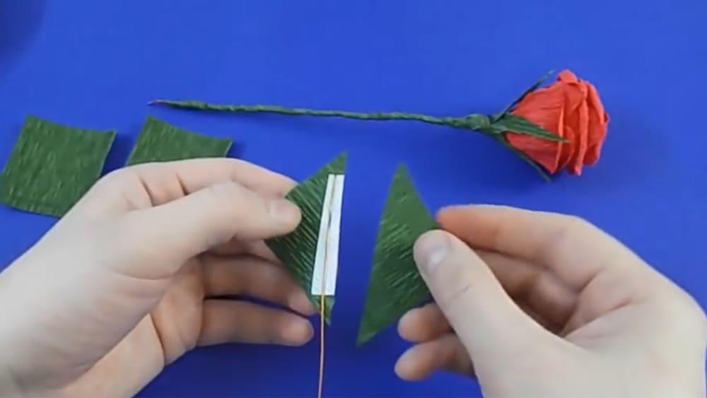 Цветы из гофрированной бумаги в виде розы - фото 4