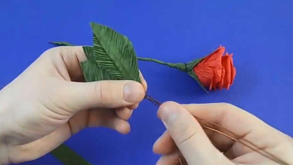 Цветы из гофрированной бумаги в виде розы - фото 5
