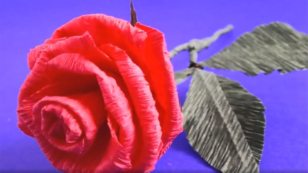 Цветы из гофрированной бумаги в виде розы - фото 7
