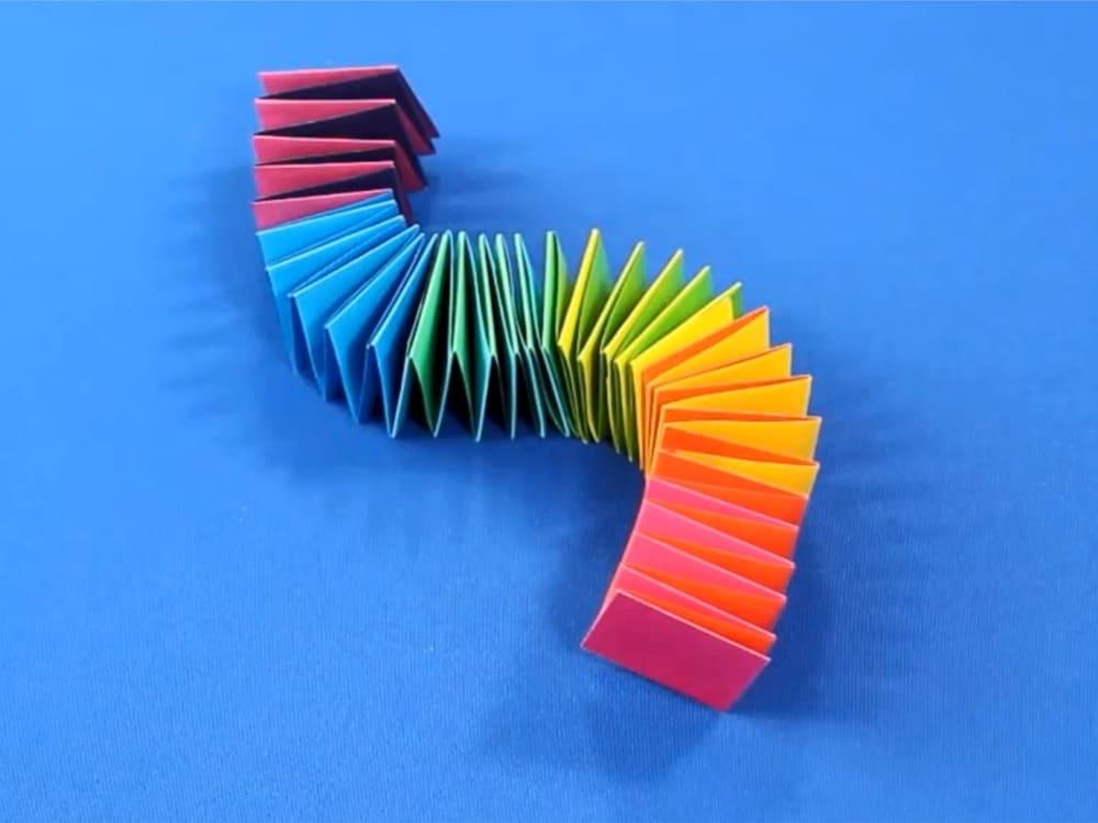 Змейка из цветной бумаги