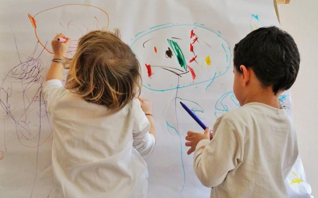 Дети разрисовали фломастером стены