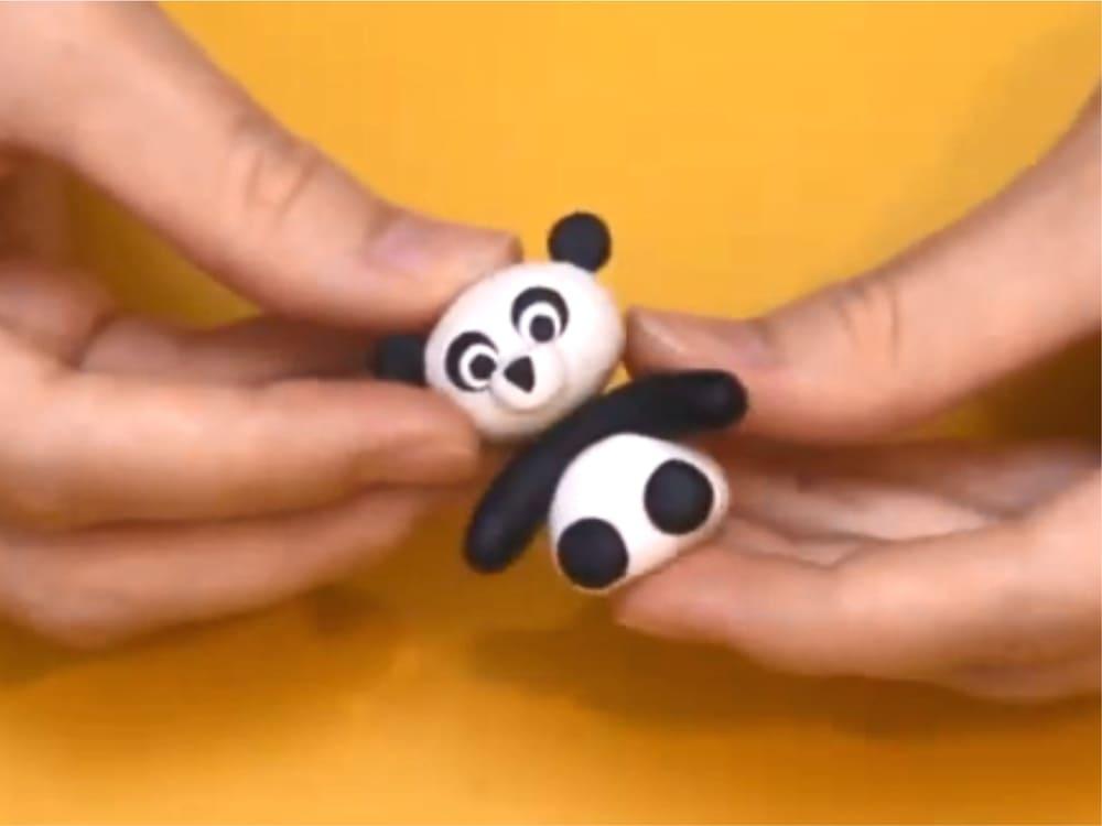 Склейка головы и туловища панды из пластилина