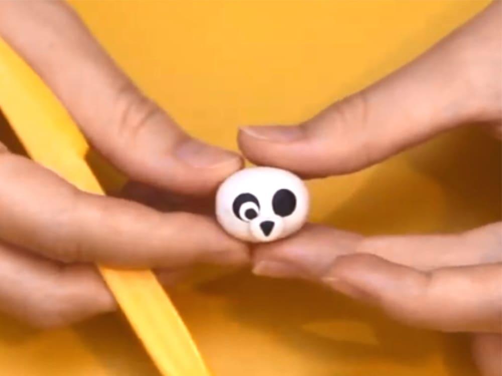 Формирование глаз и носа панды из пластилина