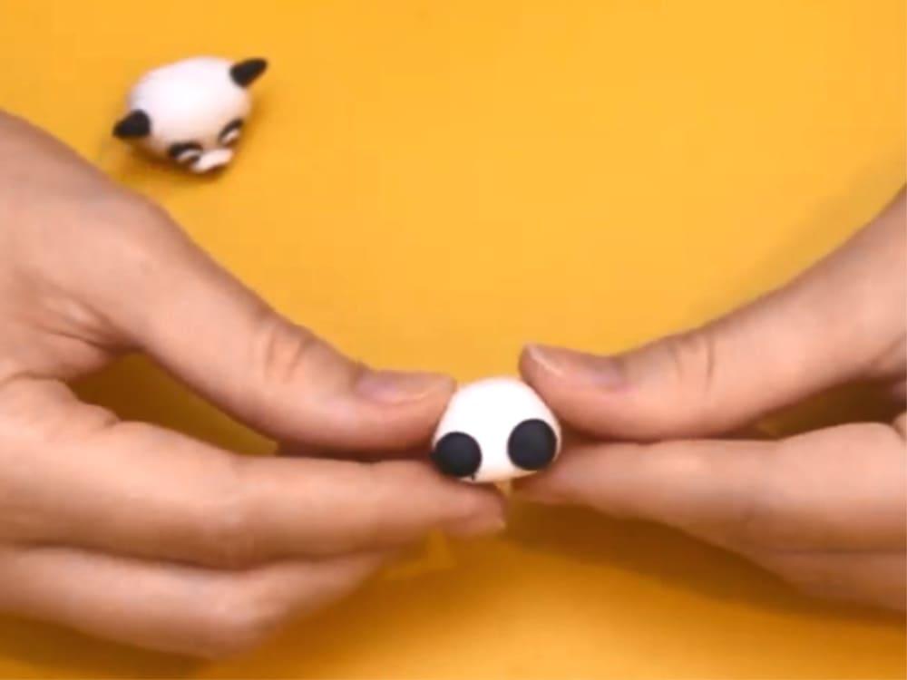 Формирование нижних лап панды из пластилина
