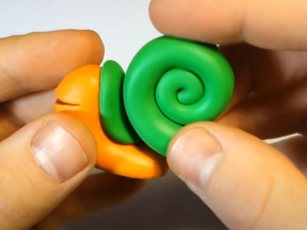 Соединение деталей улитки из пластилина